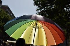 在一次同性恋自豪日游行的彩虹被仿造的伞 库存照片