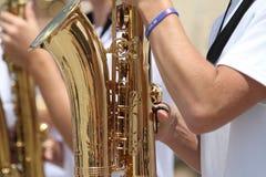 在一次小镇游行被使用的萨克斯管在美国 图库摄影