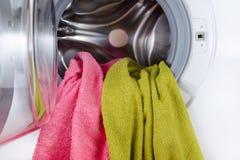 在一次开放洗涤的颜色毛巾加工特写镜头 库存图片