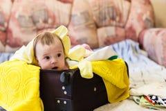 在一次旅行的手提箱与婴孩 免版税库存图片