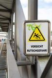 在一次桥梁警告的标志反对滑倒 免版税图库摄影