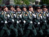 在一次游行期间的国民自卫队队伍军校学生萨拉托夫军事学院在红场以纪念胜利天 免版税库存照片