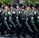 在一次游行期间的国民自卫队队伍军校学生萨拉托夫军事学院在红场以纪念胜利天 库存图片