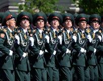 在一次游行期间的国民自卫队队伍军校学生萨拉托夫军事学院在红场以纪念胜利天 库存照片