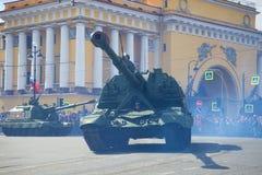 在一次游行的一门重的自走火炮大炮Msta-S以纪念胜利天 免版税库存图片