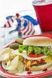 在一次爱国主题的野餐的被装载的乳酪汉堡 免版税图库摄影