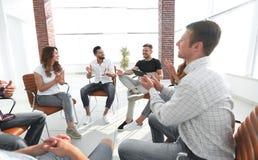 在一次研讨会的企业队在现代办公室 免版税库存照片