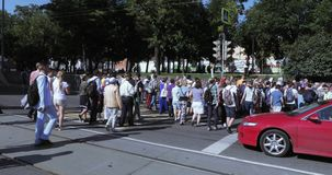 在一次被允许的集会以后的行人交叉路 股票录像