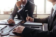 在一次讨论的两个商人在办公室 免版税库存图片