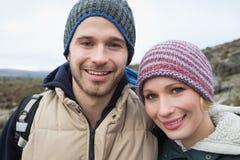 在一次远足的夫妇在反对清楚的天空的乡下 库存图片