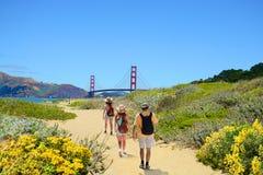 在一次远足的旅行的家庭享受美好的沿海风景的 免版税库存图片