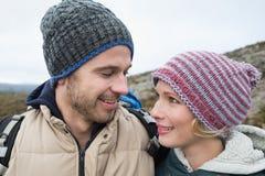 在一次远足的爱恋的夫妇在乡下 免版税图库摄影