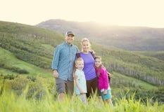 在一次远足的美丽的年轻家庭在山 免版税库存照片