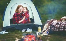 在一次野营的家庭母亲和儿童女儿饮用的茶 库存图片