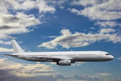 在一次镇静飞行的一架巨大的客机反对背景  免版税库存照片