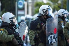 在一次集会期间的防暴警察在雅典大学前面,被占领由抗议者左派分子和无政府主义者小组 图库摄影