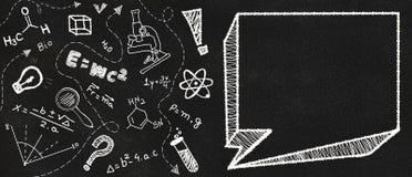 在一次黑黑板和学校主题的乱画的空的讲话泡影 库存例证