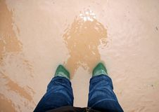 在一次洪水期间的绿色救助者起动在城市 免版税图库摄影