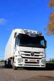 在一清楚的秋天天的白色奔驰车Actros卡车 免版税库存图片