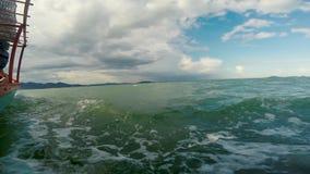 在一渔船上向看见飞行鱼和美丽的绿松石水的兔子海岛,柬埔寨 股票录像