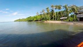 在一渔船上向看见飞行鱼和美丽的绿松石水的兔子海岛,柬埔寨 股票视频