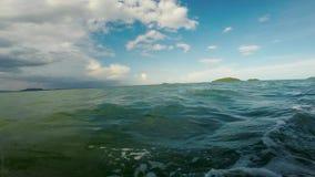 在一渔船上向看见飞行鱼和美丽的绿松石水的兔子海岛,柬埔寨 影视素材
