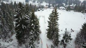 在一滑雪场的飞行在喀尔巴阡山脉 下降在滑雪的人鸟瞰图  影视素材