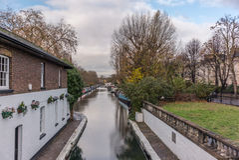 在一点威尼斯浇灌运河和反射在伦敦7 库存照片