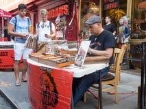 在一点意大利,纽约供以人员准备手工制造雪茄 免版税库存照片
