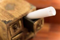 在一点木箱子的爱恋的消息 图库摄影