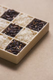 在一点木箱子的黑白米 库存照片