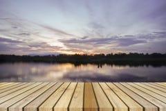 在一点湖背景的空的顶面木装饰和日落片刻 能为产品显示使用 免版税图库摄影