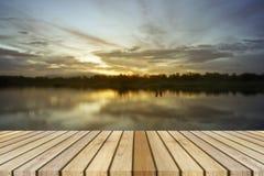 在一点湖背景的空的顶面木装饰和日落片刻 能为产品显示使用 图库摄影