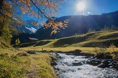 在一点溪旁边的田园诗道路在秋季瑞士风景 免版税库存图片