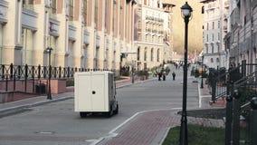 在一点白色汽车驱动的看法在街道,走的人民,大厦上 晚上在山的城市 股票录像