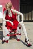 在一点红色礼服的一个时装模特 免版税库存图片