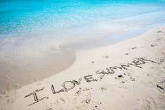 在一热带海滩`的沙子的书面消息我爱夏天`,克利特 图库摄影