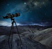 在一片岩石沙漠挤撞指向银河 免版税库存照片