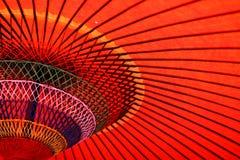 在一片树荫-伞摘要以下-颜色和线 免版税库存图片