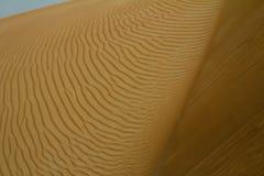 在一片沙漠铺沙样式在迪拜,阿拉伯联合酋长国 免版税库存照片