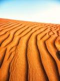 在一片沙漠铺沙样式在迪拜,阿拉伯联合酋长国 免版税库存图片