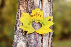 在一片黄色秋天叶子的愉快的万圣夜标志 免版税库存照片
