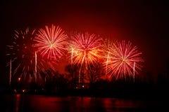 在一独立日期间,在河上的美丽,五颜六色的烟花 免版税库存照片