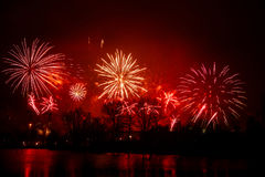 在一独立日期间,在河上的美丽,五颜六色的烟花 图库摄影