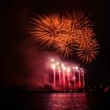在一独立日期间,在河上的美丽,五颜六色的烟花 库存照片
