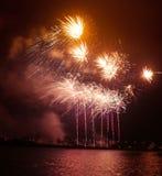 在一独立日期间,在河上的美丽,五颜六色的烟花 免版税图库摄影