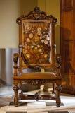 在一现代加泰罗尼亚语的木椅子 帕劳GÃ ¼侧房巴塞罗那,西班牙 库存照片