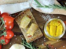 在一瓶子开胃小菜italiano的茄子在木板 免版税库存照片