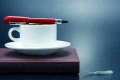 在一白色杯的红色笔无奶咖啡 库存图片
