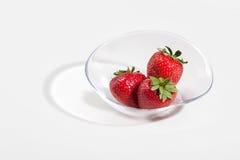 在一白色backg隔绝的玻璃盘的新鲜的草莓果子 免版税库存照片